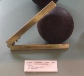 Corps d'épaisseur gradué pour mesurer les calibres des boulets ©Eva Renucci